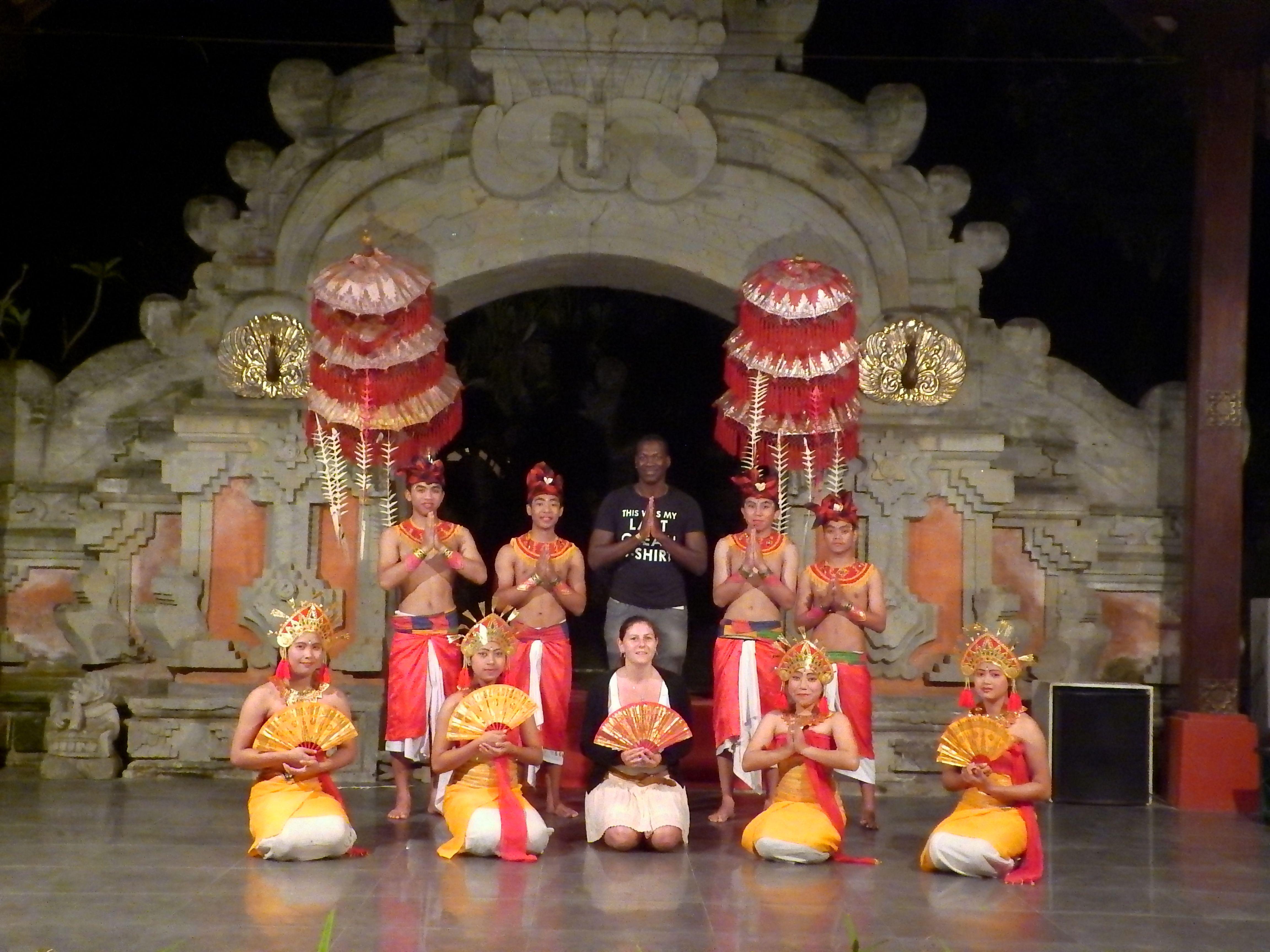 Photo souvenir avec des danseurs